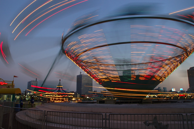 夕暮れ時の遊園地。シャッター速度は1/5秒