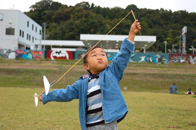 飛行機を飛ばすかずぼん。何をしても楽しい子である。