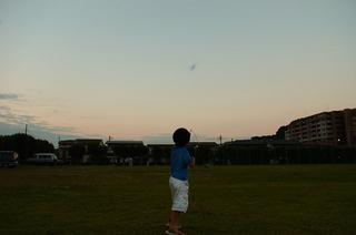 夕焼け空に飛行機を飛ばすユウキチ。もう帰ろうよ…