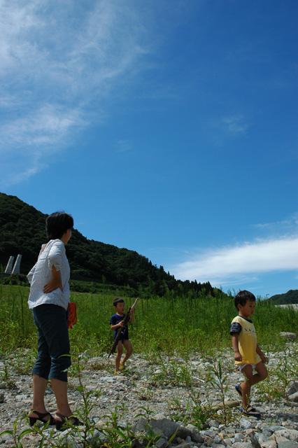 夏に川辺撮った「縦位置」の写真。奥さまの足が長く見える!