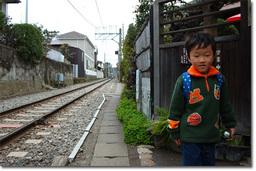 ほんと,駅のすぐ横の店構え。入るときは線路をまたいで入っていきます。