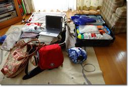 今回の全荷物。ノートPCまで担いで行かねば…(しかも,あとチビが2匹もいる…)