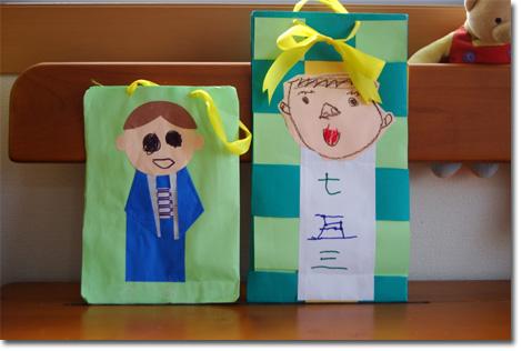 右がユウキチ,左がカズボン作の703の飴袋。(右端はユウキチの親友)