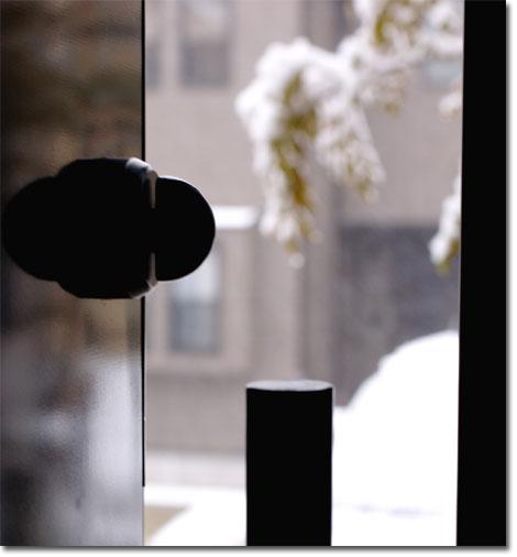ドアの外は雪。寒そうなので,家の中に戻る・・・