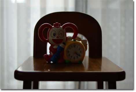 スピードライト無しで,ユウキチが愛する「コラショ」を窓際撮影。どうしても,顔が暗くなっちゃう。