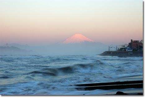 朝日に染まる富士山。風が強いので,波もすごい~