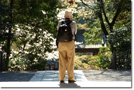 円覚寺山門で写真を撮る我が師匠,チチウエ。鎌倉は楽しんでいただけましたでしょうか・