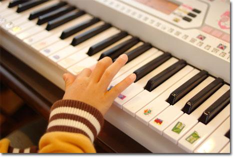 すべての鍵盤に「ムシキング」のシールが・・・。