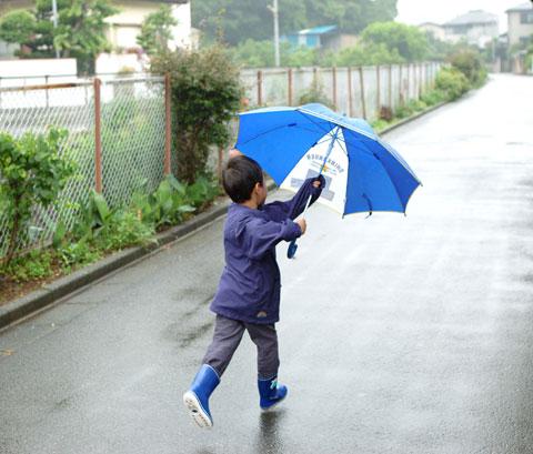 「盾」をもって敵陣(?)に突撃。一応は,雨よけにもなっているかもしれない。