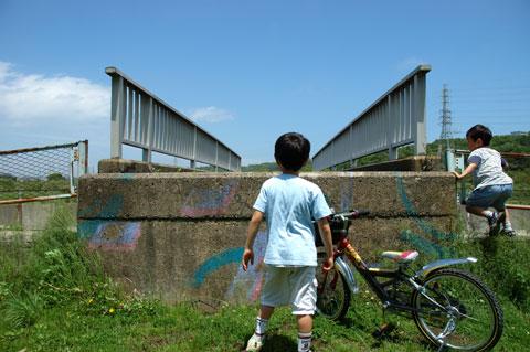 さぁ,自転車に乗って探検しよう!(これは川沿いサイクリングロードで発見した「高所階段」)