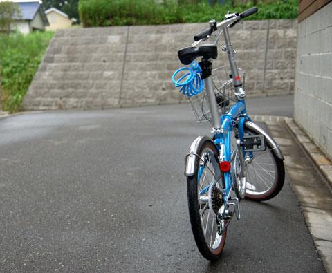 「あさひ」のオリジナル折り畳み自転車。安いけど,意外とちゃんとしてます。