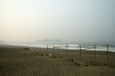 片瀬海岸到着~。ん? 意外と人が居ない・・・。