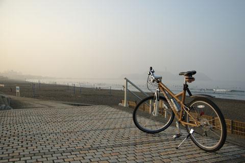 片瀬海岸。この日は霧のように曇っていました。