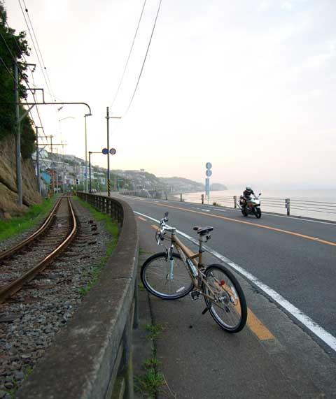 国道136号線を江ノ電と一緒に走ります。