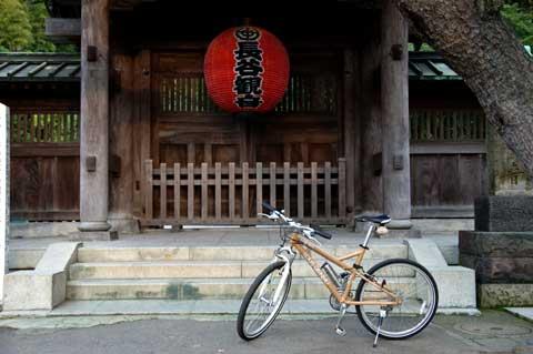 長谷寺の前でパチリ。門はまだ開いてないので入れない・・・。