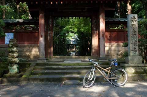 寿福寺。朝は誰もいないので,自転車おじさんが一人でお祈りしても怪しまれません。