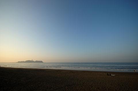 辻堂海岸から江ノ島を望む。空の高さが秋が来つつあることを感じさせます(^^)