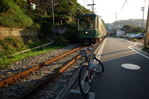 稲村ヶ崎駅付近で江ノ電とすれ違う。ちょいと近すぎたか?