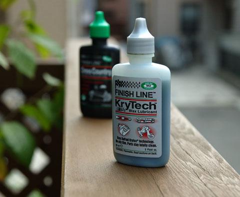 魔法の(?)チェーンオイル「KryTech」。後ろは今まで使っていた「CrossCountry」。