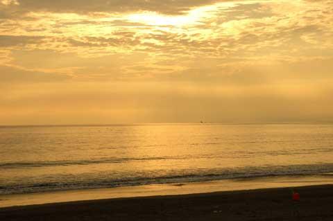 黄昏れる鵠沼海岸から烏帽子岩を望む。いいなぁ・・・。