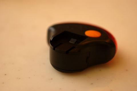 裏側には台座との連結部分が見えます。オレンジ色の丸はON/OFFスイッチです。