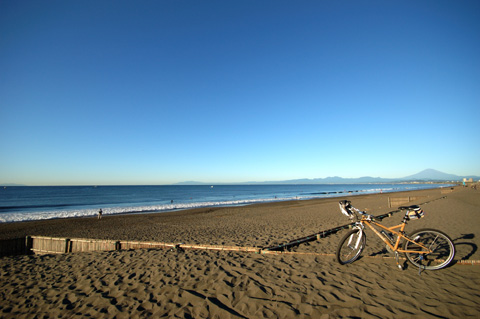 毎度おなじみの鵠沼海岸。秋になって,富士山まで見通せるようになりました(^^)