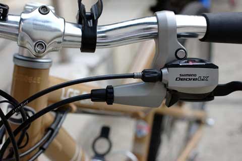 デュアルコントロールレバーは,ブレーキワイヤの出口(下のヤツね)がだいぶ内側にある。