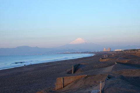 鵠沼海岸からは富士山は目の前。朝日が少しだけあたり始めました。
