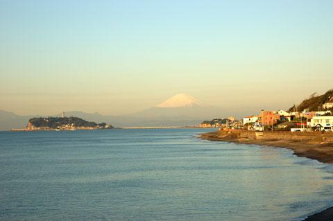 ちょいと走って今度は稲村ヶ崎から。空も富士山も明るくなってきました(^^)