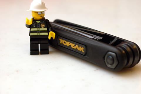 黒と黄色の組み合わせがかっこいいTOPEAKの「Xツール」と,同じくLEGOおじさん