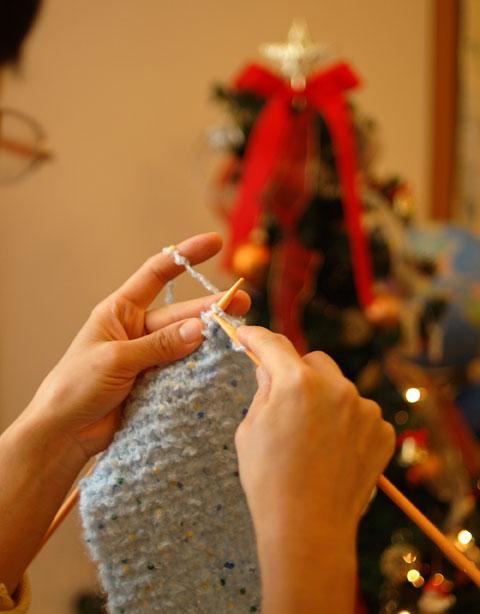 かあさんは,夜なべしてマフラーを編んでいるところ。