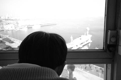 マリンタワーから氷川丸を眺めるユウキチさん。 【フォトアルバム(親族用)はこちら!】