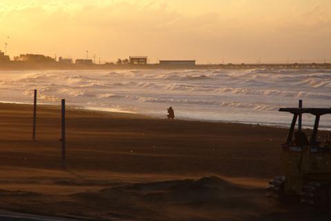 少し風が弱まった瞬間に撮りました。それでも,手前に見えるように砂嵐はとまりません・・・。