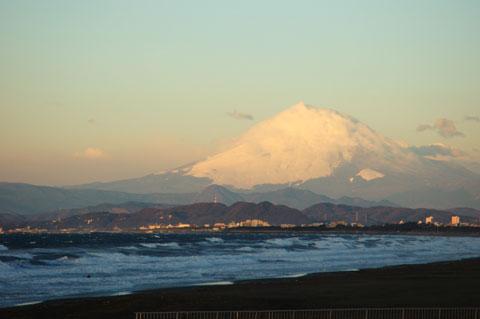 富士山も雪煙でモヤモヤ。手前の海は大しけで誰もいない,ように見えるけど・・・。