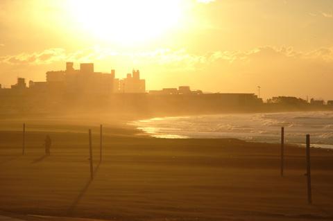 波飛沫&砂塵で煙る中,カメラマン氏は冷静に撮影ポイントを探して歩くのであった・・・。