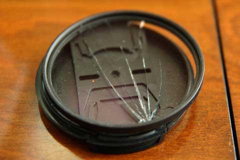 割れたプロテクターフィルター。KENKOのPRO1 Digitalです。
