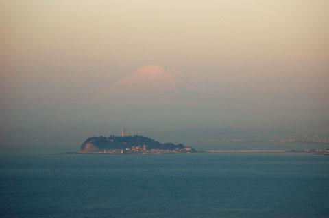 よぉーく見ると,うっすらと富士山が見えます。空気が澄んでいたらなぁ~