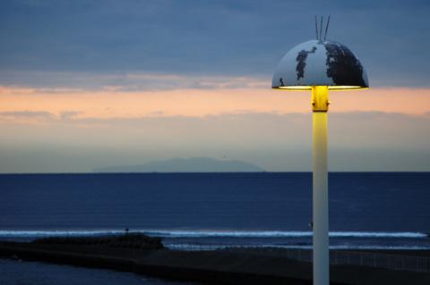 片瀬海岸を照らす地球儀街灯(または波平さん街灯)