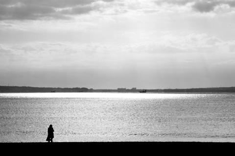 美しい片瀬海岸の朝日に包まれてケータイメール。  【江ノ島フォトポタのアルバムはこちら!】
