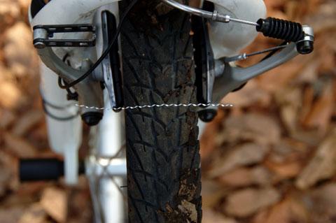 な,なんだこりゃ~? ブレーキシューに食い込んだ金属片で,タイヤリムが削られたのでした・・・。