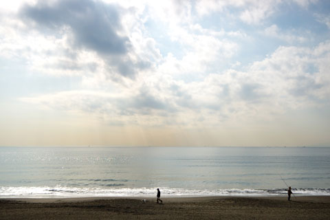 平日の辻堂海岸はこんなにのどか(^^) 釣りをする人,犬の散歩をする人・・・。