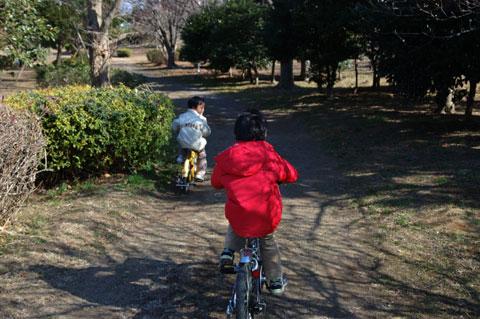 ご近所公園をの~んびりとポタリング中 (^^)