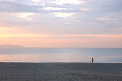 鵠沼海岸にて。徹底的にコントラストが低いお天気でした・・・。