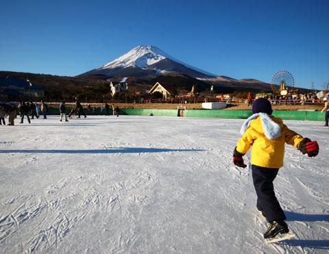 富士山に向かって,初めてのスケートを踏み出すカズボンさん。