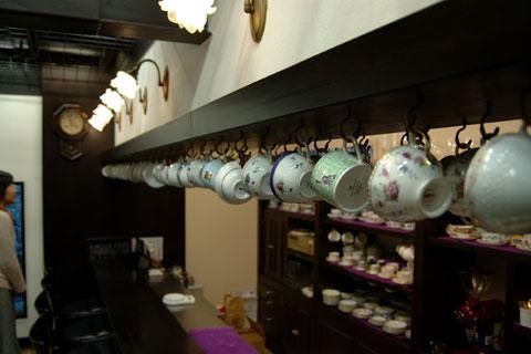 カウンターと奥の棚には無数のカップが。どれもとても美しい(かつ高そう…)カップばかり。
