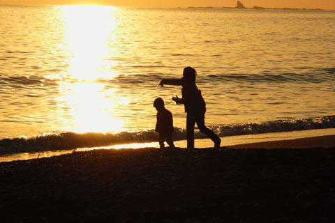 これは辻堂海岸の日の入り。石を投げるツマとカズボン。