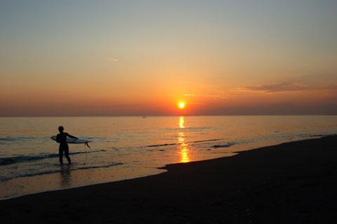 片瀬海岸。夕方暗くなるまで,サーファー(と自転車バカ?)の姿が絶えません。