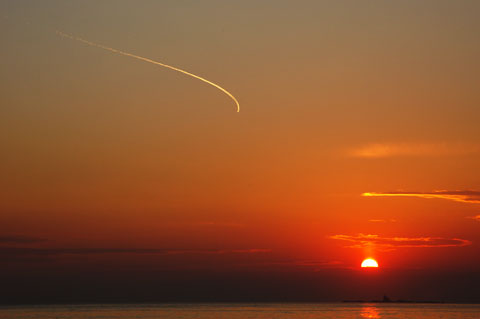 最後も辻堂海岸。烏帽子岩と飛行機雲。本当はもっと息をのむほどきれいだったんだけど腕が・・・。
