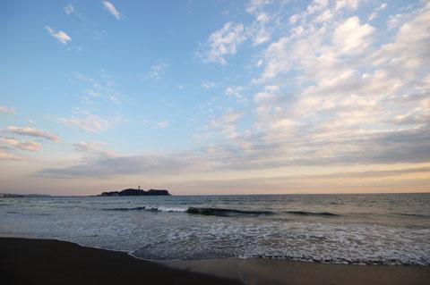 辻堂海岸から見た江ノ島方面。こっち側はあんまり雲がないんだけどなぁ~