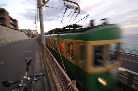 準備間に合わず,10mm広角(なんでやねん),1/30のスローシャッター(なんでやねん)で撮った江ノ電・・・。